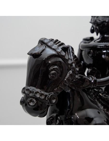 dettaglio lampada cavallo nero lucido in ceramica Caminari